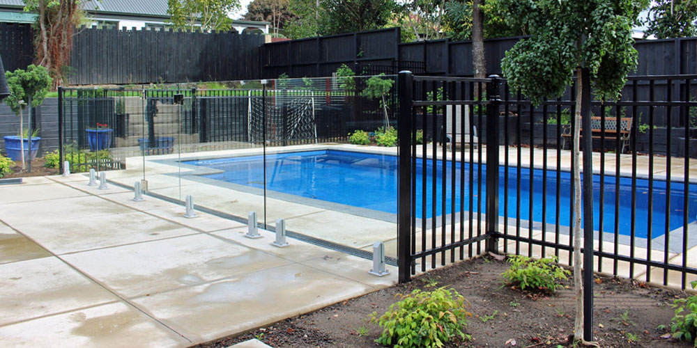 Combination of frameless glass Mini Post balustrade and Contemporary fencing for pool fence2